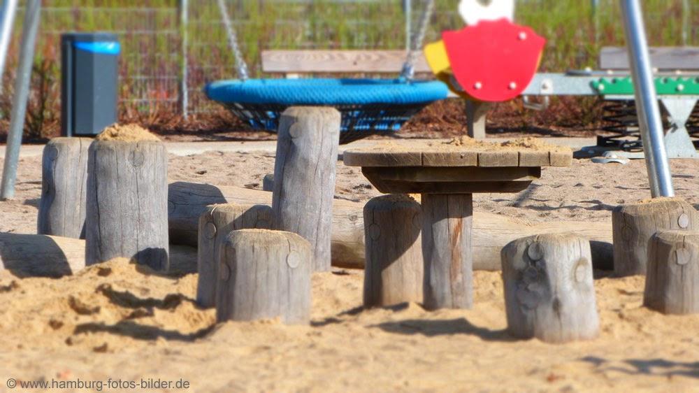 Kinderspielplatz aus Holz in Hamburg im Johannes Prassek Park