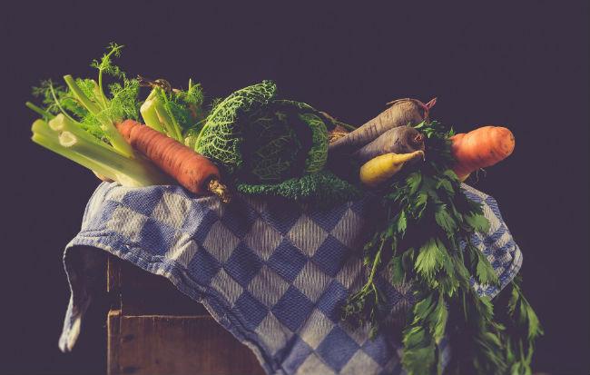 Cesto con zucchine, peperoni e cavolfiore