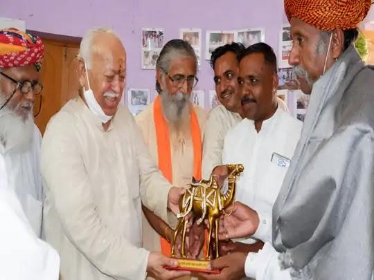 वादा निभाने बाड़मेर पहुंचे RSS चीफ मोहन भागवत, पद्मश्री अनवर खान के घर पहुंच राजस्थानी लोकगीत और भजन सुने