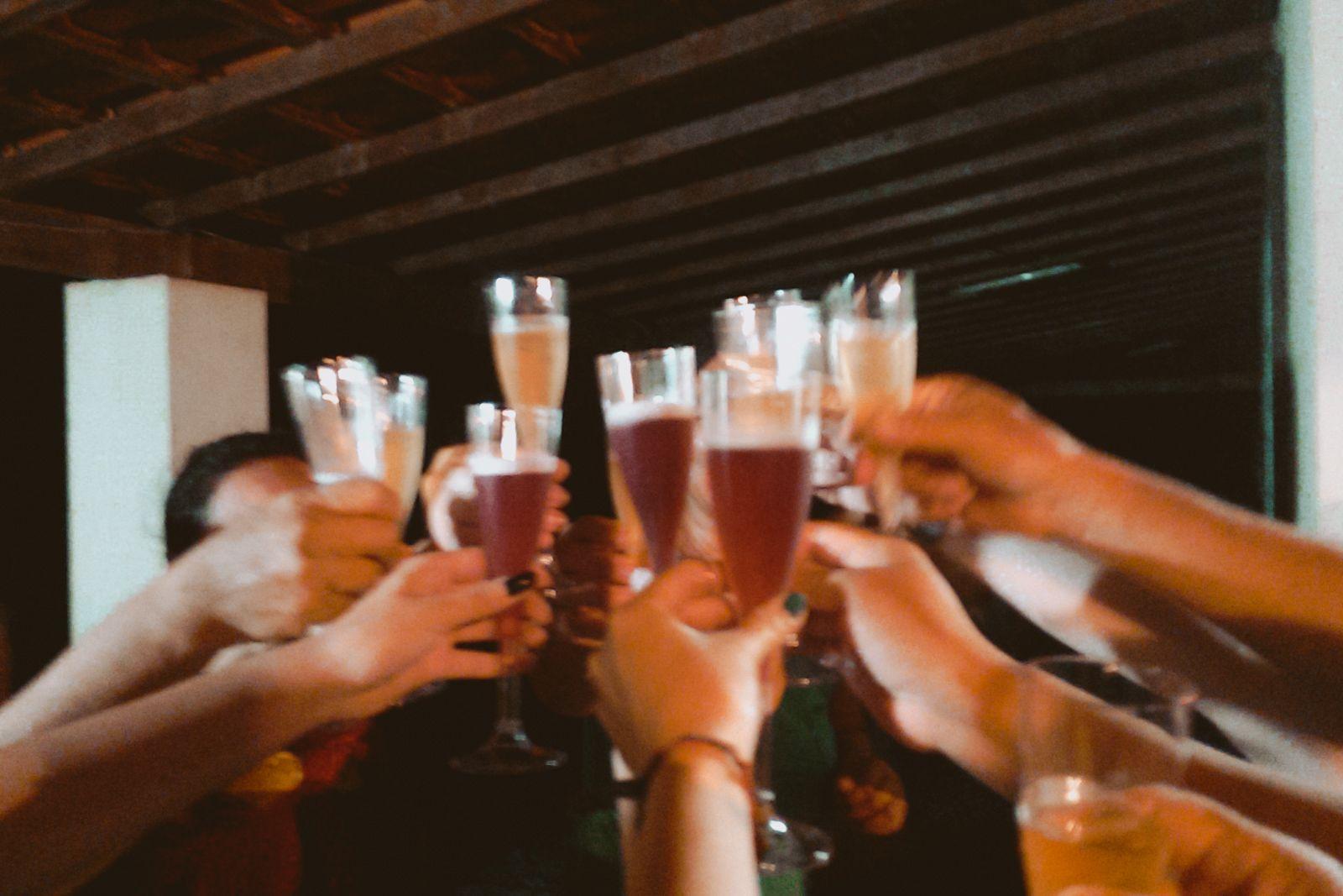 Ano Novo e a viagem de última hora brinde desfocado