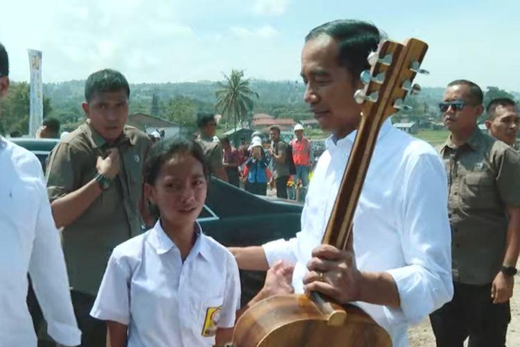 Siswi SMpP Di Samosir Tembus Paspampres Hanya Untuk Berikan Gitar Kayu Untuk Jokowi