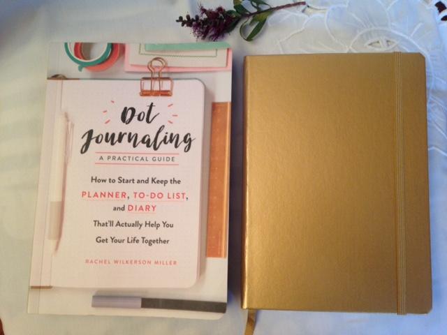 Livro Dot Journaling e caderno dourado