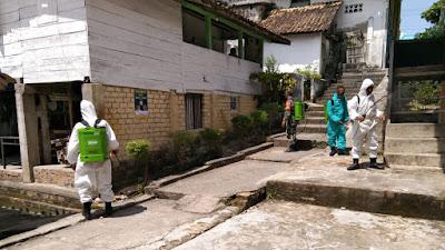Babinsa koramil 427/05 Banjit Lakukan Penyemprotan Desinfektan