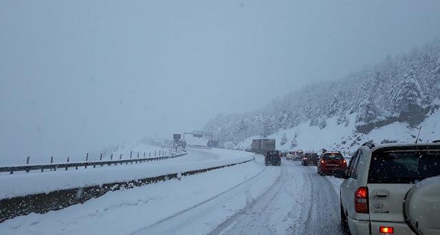 Μετ' εμποδίων στην Εγνατία, αλυσίδες στο Μέτσοβο, συνεχίζεται η σφοδρή χιονόπτωση