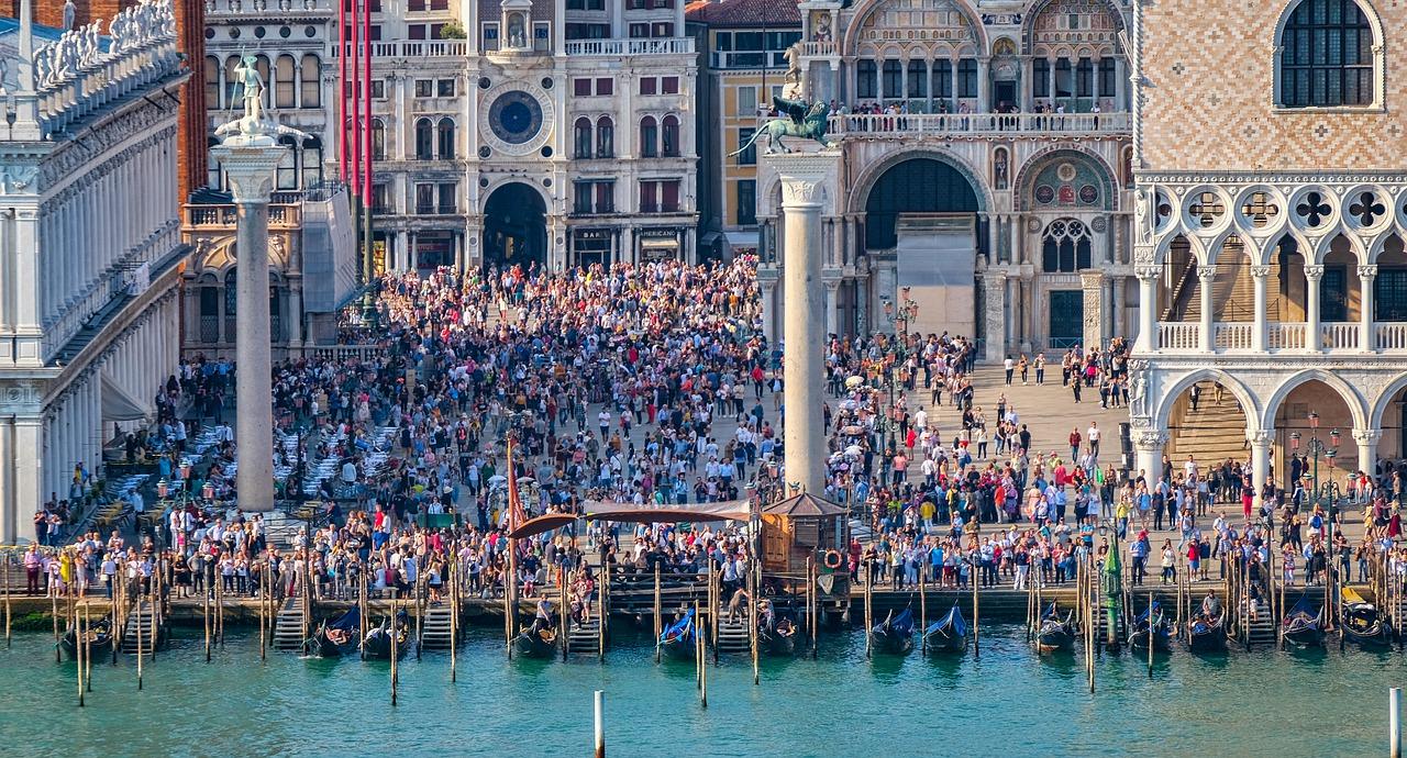 crowd-of-tourists-venice