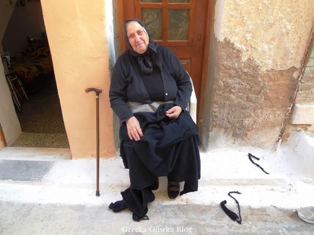 ubrano na czarno Greczynka, uśmiechnięta kobieta, laska oparta o ścianę