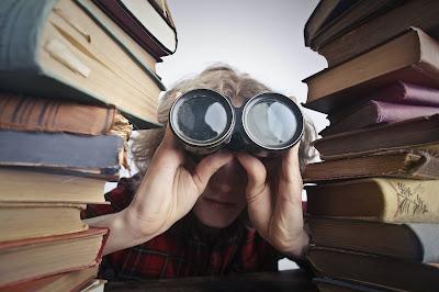 Persona entre libros