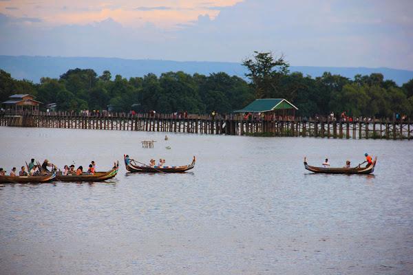 Barcos en el lago Taungthaman bajo el Puente U-Bein de Amarapura