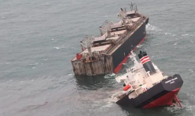 Φορτηγό πλοίο κόπηκε στα δύο έξω από λιμάνι της Ιαπωνίας -Φόβοι για τεράστια οικολογική καταστροφή (vid)