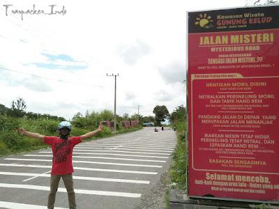 Menguji Mysterious Road di Jalur Gunung Kelud Kediri