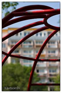 Pirosra festett csövekből készült gömbmászóka egy lakótelepen Szegeden