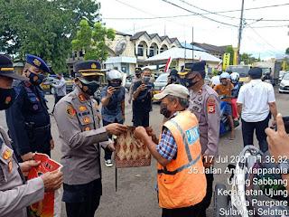 Sat Lantas Polres Parepare  Menyerahan Ratusan Paket Bansos Ke Masyarakat yang Terdampak PPKM Mikro