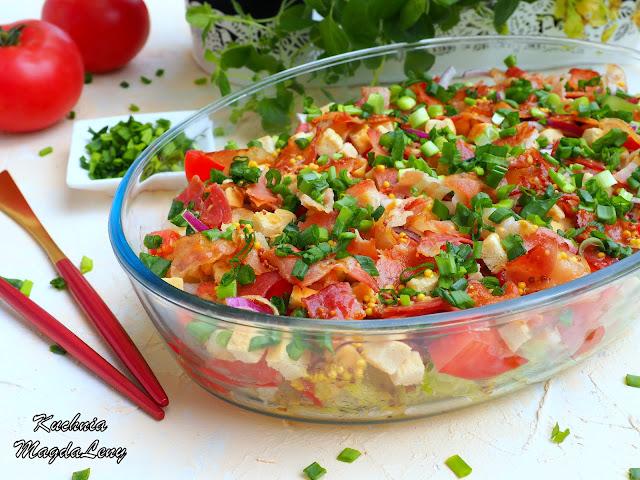 Sałatka z boczkiem i pomidorami