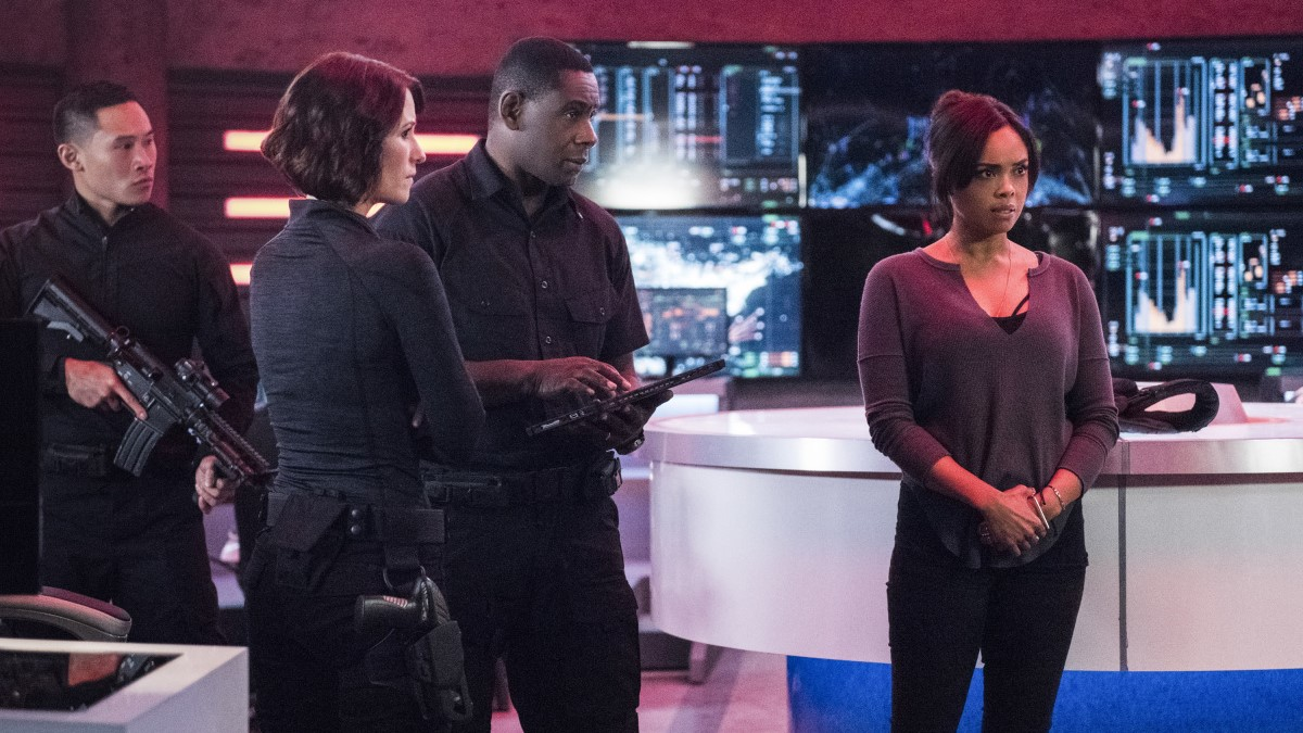 Alex, J'onn y M'gann, interpretados por Chyler Leigh, David Harewood y Sharon Leal, planificando su estrategia en el episodio The Martian Chronicles de 'Supergirl'