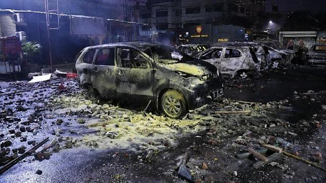 Mobil terbakar di Petamburan
