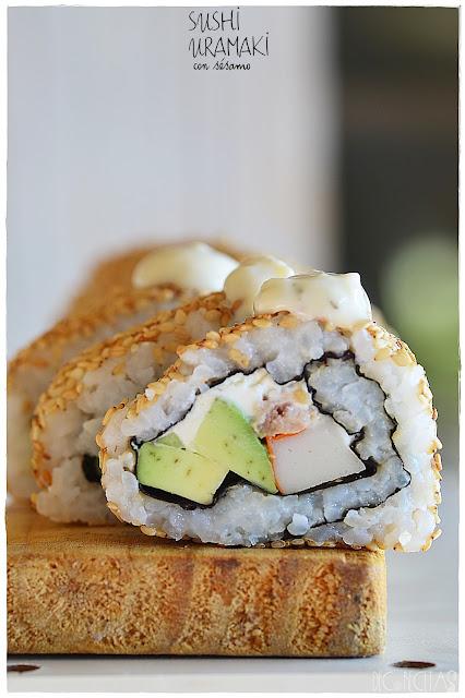 Sushi uramaki con sésamo
