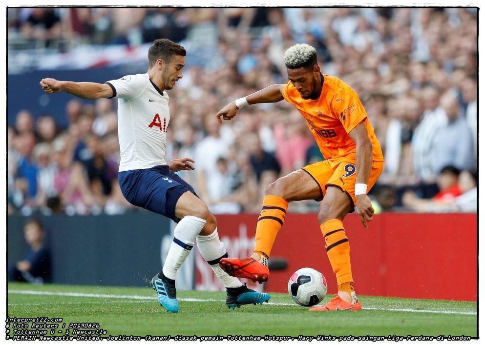 Gambar pemain Newcastle United, Joelinton (kanan) diasak pemain Tottenham Hotspur, Hary Winks pada saingan Liga Perdana di London, awal pagi tadi. - Foto Reuters