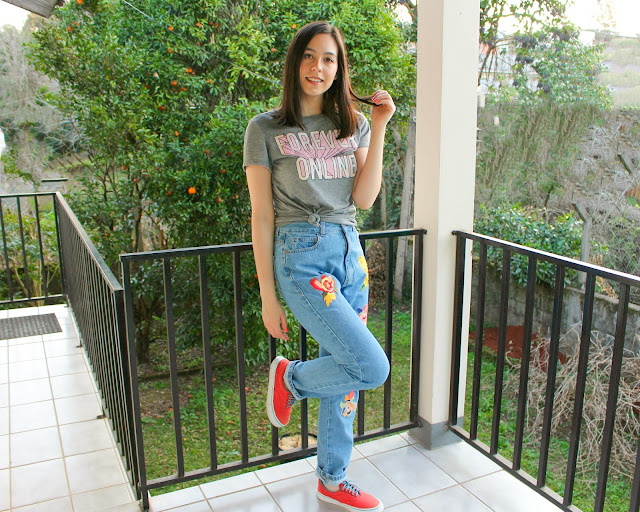 Look t-shirt divertida e mom jeans