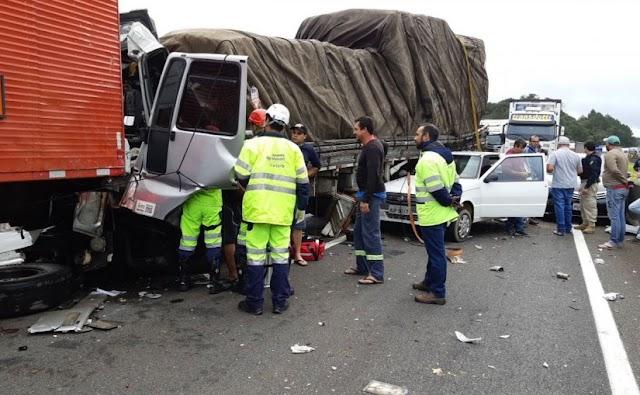 Grave acidente envolvendo 9 veículos deixa BR-116 bloqueada por horas