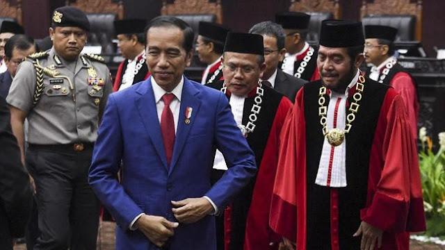 Jokowi Persilakan Uji Materi UU Omnibus Law, Buruh: Kami Waswas MK Tak Netral