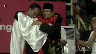Viral Foto Jokowi dan Prabowo Dirangkul Atlit Pencak Silat