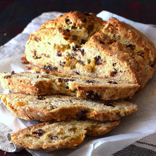 Receta para preparar pan de soda con pasas y nueces