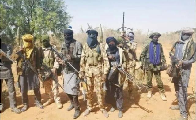"Alt: = ""photo showing bandits holding guns"""