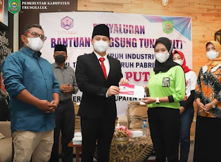 Bupati Trenggalek Mochamad Nur Arifin Menyerahkan Bantuan Langsung Tunai (BLT) Kepada Para Karyawan Pabrik Industri Tembakau
