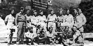 Załoga Liberatora z 1586 Eskadry do Zadań Specjalnych po powrocie z lotu ze zrzutami dla walczącej Warszawy, Brindisi, sierpień 1944