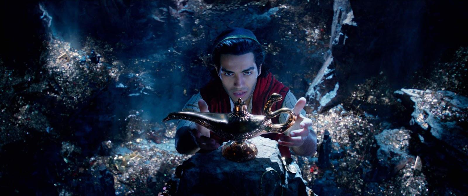 Aladdin 2019 -  Mena Massoud como Aladdin cogiendo la lampara maravillosa