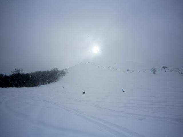 スキー場に陽が差し込む