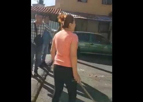 Vídeo; Vecinos en Venustiano Carranza de la CDMX se enfrentan a Policías para liberar a Narcomenudistas hay 2 elementos heridos