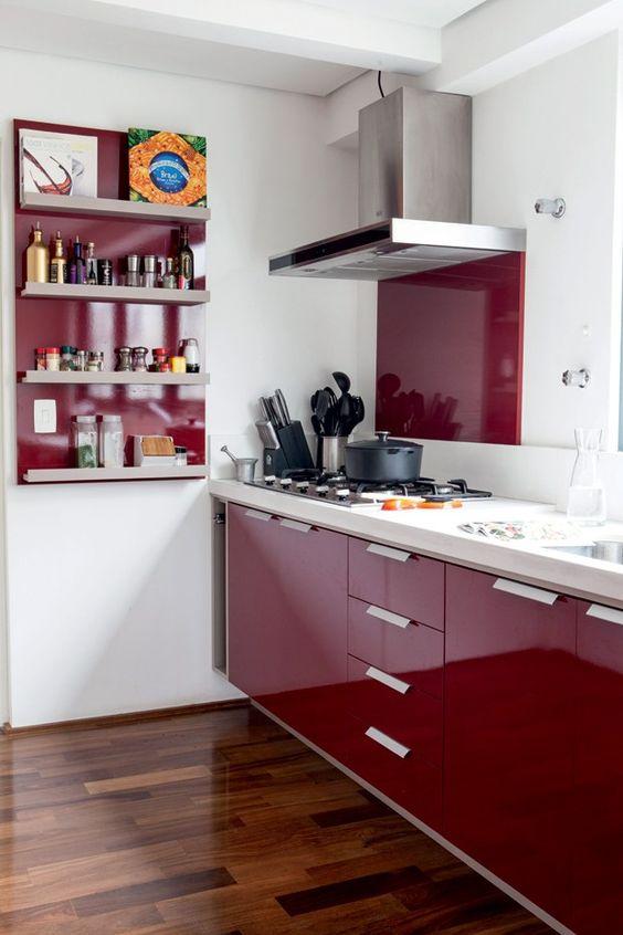 cozinha com prateleira  armarios vermelho piso madeira