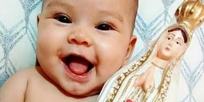 imagem de um bebê com a imagem de Nossa Senhora