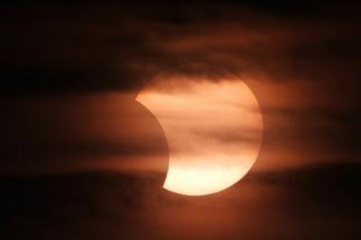 Bolehkah Ibu Hamil Melihat Gerhana Bulan dengan Mata Telanjang?