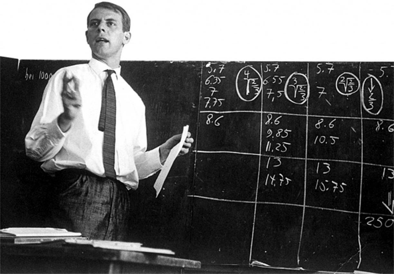 Stockhausen dando clases en 1964.