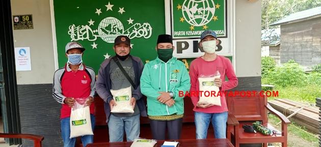 Ketua DPC PKB Mura Bagikan 750 Paket Sembako