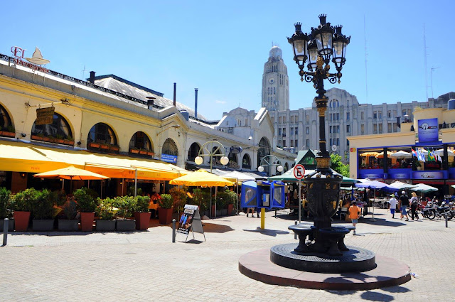 zona comercial de uma cidade com varias lojas