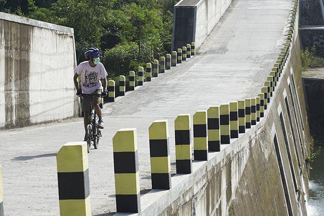 Melintasi DAM Kali Woro dengan sepeda Lipat