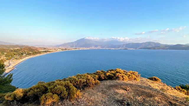 Вид сверху на длинный песчаный Чалыш и Фетхие на фоне горы