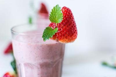 Υπέροχο ρόφημα φράουλας με γεύση τσιζκέικ
