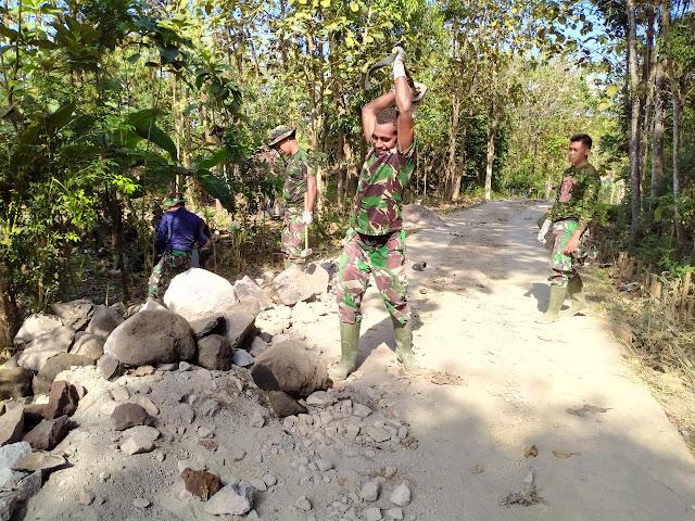 Kodim Sragen - Prajurit Dua Jufriser asal Papua ahli dalam Pecahkan Bongkahan - Bongkahan Batu