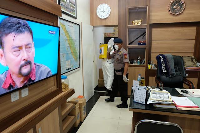 Cegah Corona, Unit KBR Detasemen Gegana Sat Brimob Polda Jambi Lakukan Penyrmprotan Disenfektan Di Mapolda Jambi