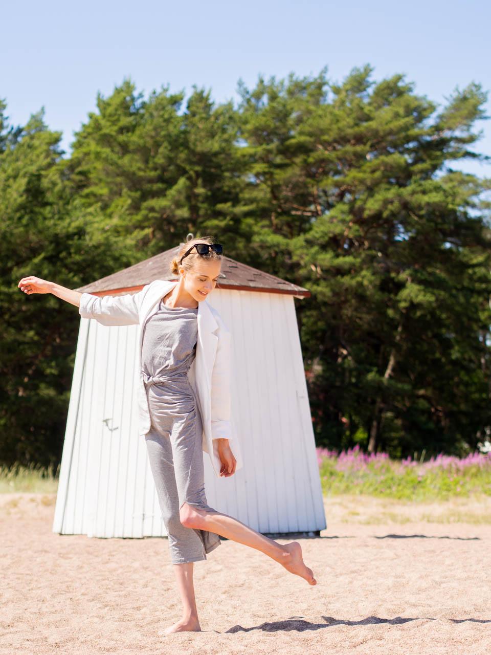 scandinavian-fashion-blogger-style-outfit-grey-dress-white-linen-blazer-beach-summer-hanko-mekko-pellava-bleiseri-muotiblogi-bloggaaja-kesä-hanko