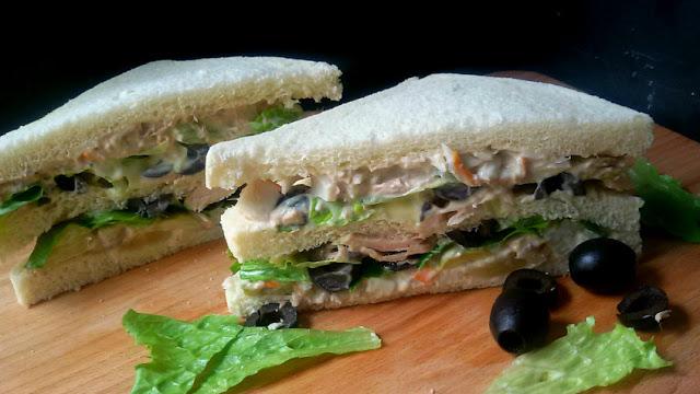 Sándwich de atún y piña