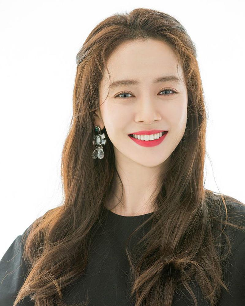 Song Ji-hyo artis korea selatan cantik alami dan seksi