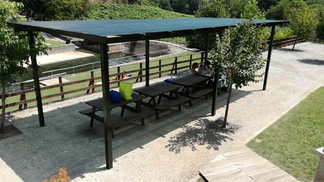 Mesas do Parque de Merendas de Louredo na Praia Fluvial