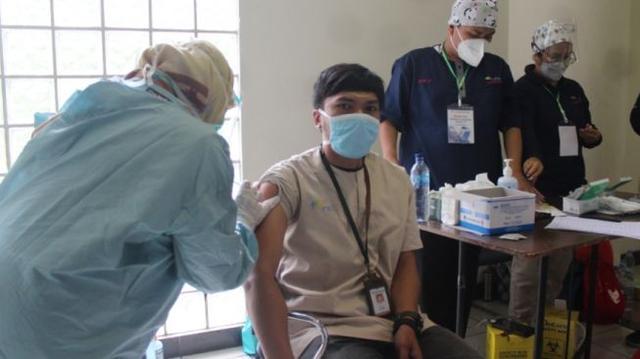 Disuntik Vaksin Covid-19, Nakes di Garut Kejang-kejang Lalu Pingsan