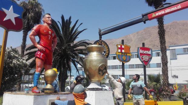 Bức tượng thảm họa của 'bom xịt' M.U bị đập nát mặt 5