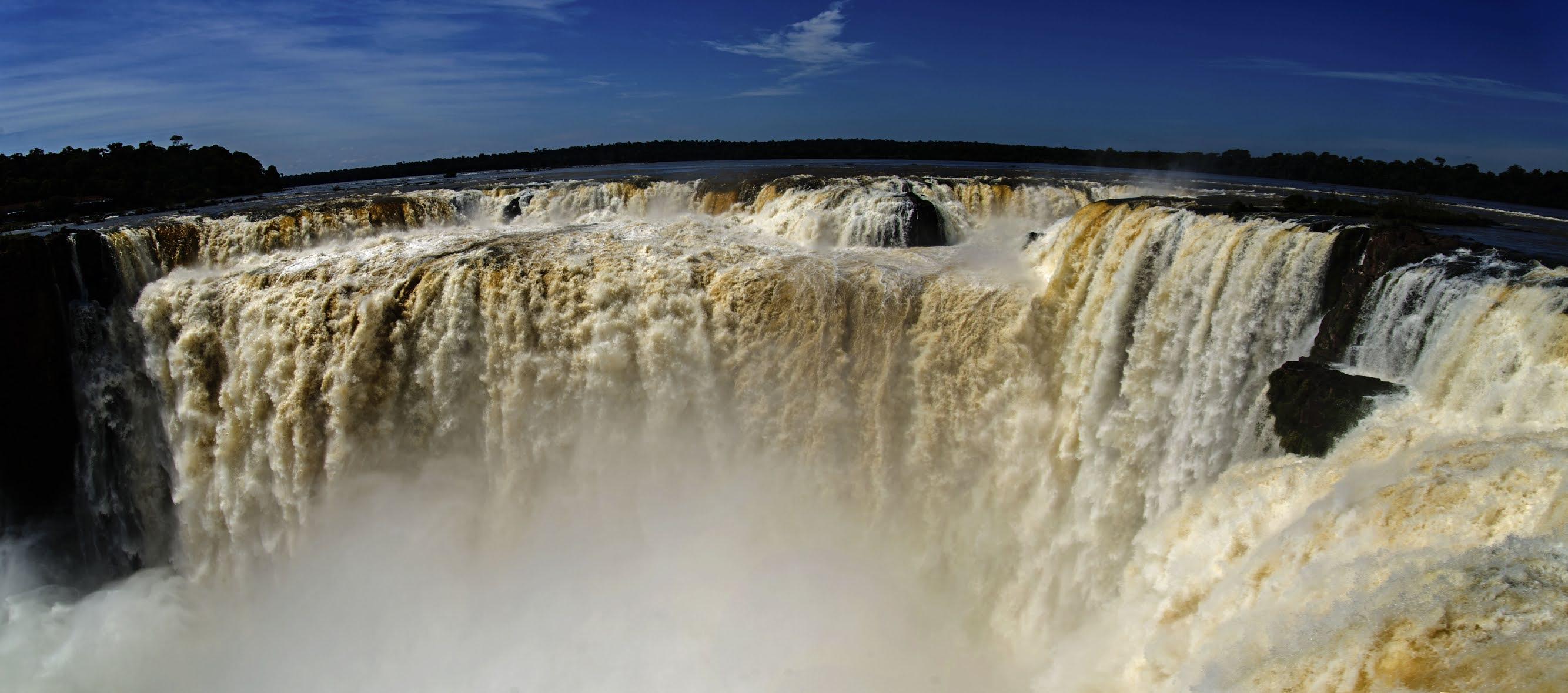 Дьявольское горло водопада в парке Игуасу в Аргентине